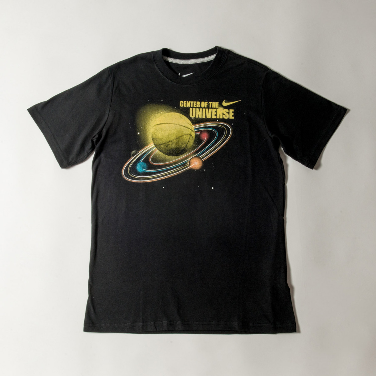 REMERA NIKE NINO SSCENTER OF THE UNIVERSE